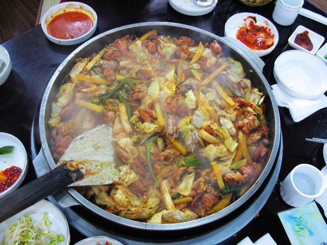 精选新鲜鸡肉,去除多余脂肪后切制成块,经秘制酱料腌制,混合圆白菜